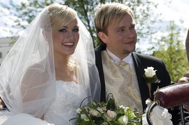 Satu Taiveaho ja Antti Kaikkonen juhlivat häitään heinäkuussa 2008.