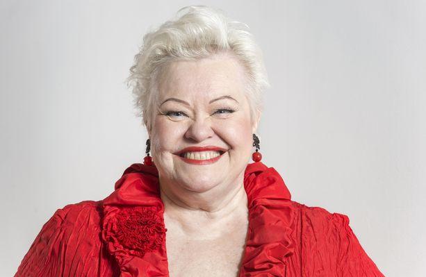 Anneli Saariston tavaramerkki on valloittava hymy ja punainen väri.