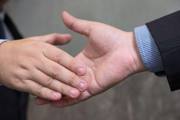 Jopa kättely voi altistaa koronatartunnalle.