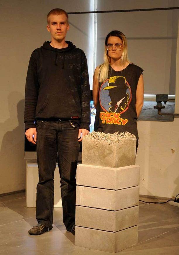 One Love -ryhmän taiteilijat Antti Pussinen ja Kaija Papu sulattivat lemmenlukot yhdeksi metallikuutioksi.