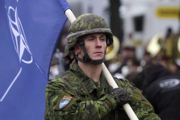 Venäjä luo aktiivisesti kuvaa Natosta uhkana Venäjälle. Kuva Latviasta, jossa Nato-joukkojen sotilas osallistuu Latvian kansallispäivän juhlallisuuksiin.