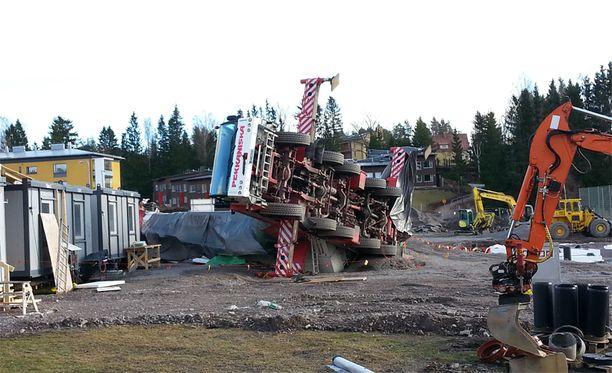 Nosturi kaatui Espoossa torstaiaamuna.