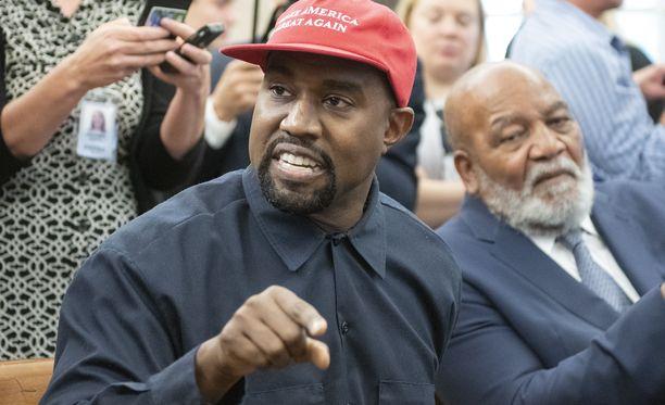 Kanye Westin henkisestä tilasta on syksyn mittaan esiintynyt runsaasti spekulaatioita lehdistössä ja sosiaalisessa mediassa. Lokakuussa otetussa kuvassa West on vierailemassa presidentti Donald Trumpin luona, Trumpin kampanjalippis päässään.