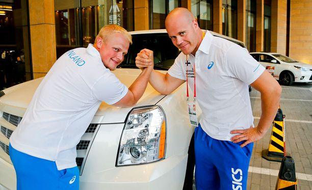 Tuomas Seppänen (vas.) ja David Söderberg heittävät lauantaina moukarin MM-karsinnassa.