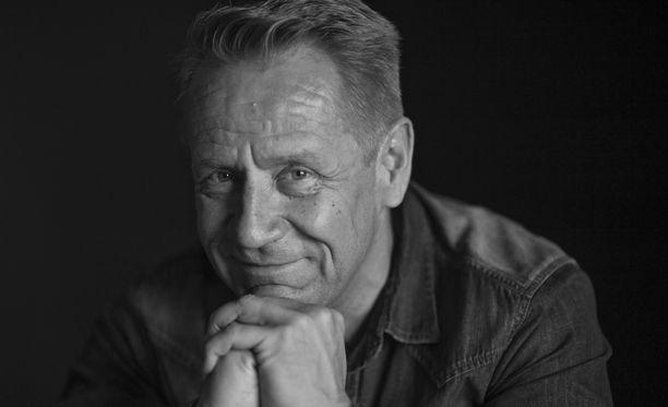 Olli Lindholm teki pitkän uran viihdealalla. Hänet tunnettiin sekä musiikillisista saavutuksistaan että televisiosta. Lindholm toimi The Voice of Finland -tähtivalmentajana.