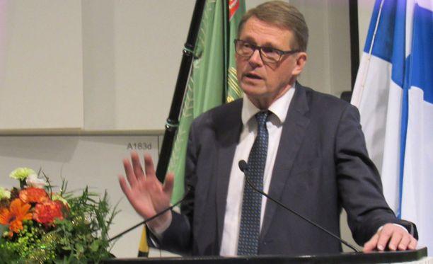 Matti Vanhanen aloittaa presidenttikampanjansa marraskuussa, mutta puhuu yleisölle ulkopolitiikasta jo ympäri Suomea.