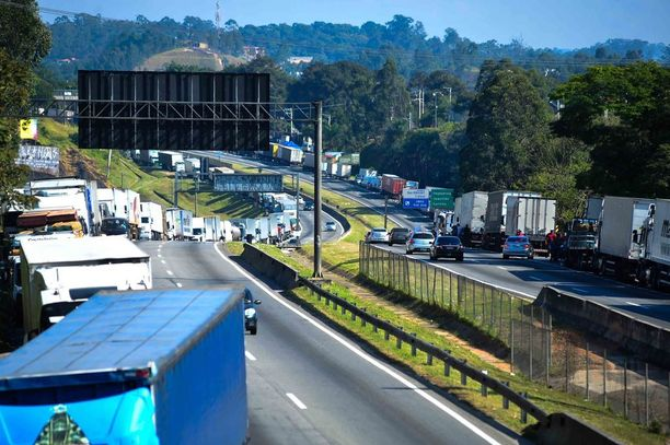 Pysäköityjä rekkoja Brasilian suurimpaan kaupunkiin Sao Pauloon johtavalla moottoritiellä sunnuntaina.