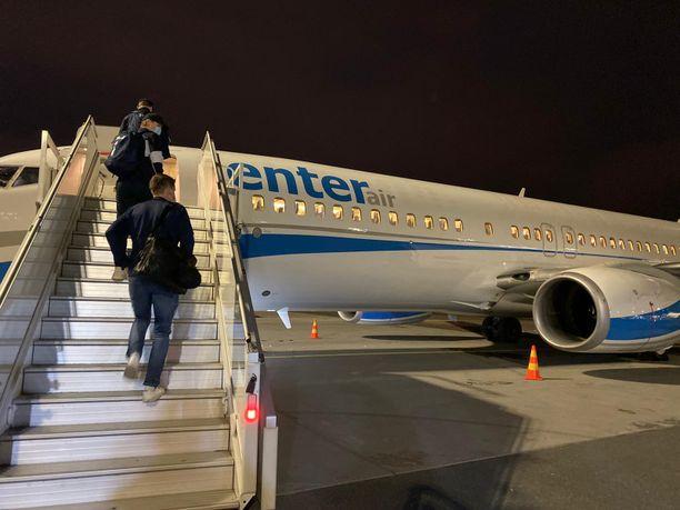 Matka Edmontoniin alkoi viisi tuntia myöhässä ja liian pienellä koneella.