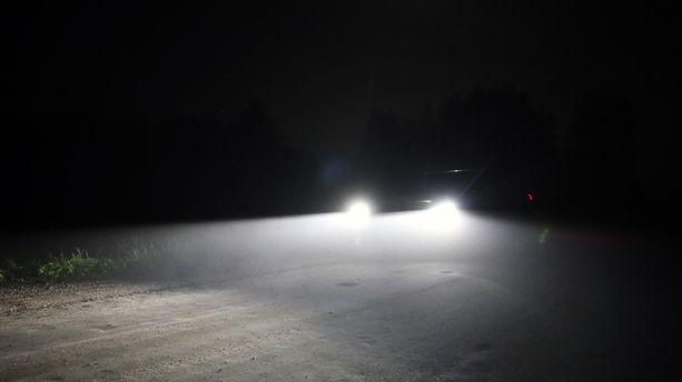 Pimeässä autoilijoiden voi olla hankalaa nähdä tiellä kulkevia lapsia.