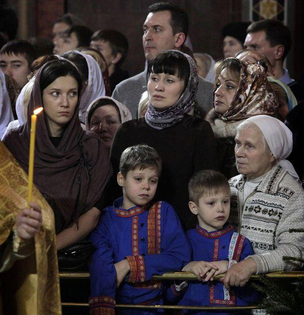 Venäläiset ortodoksit osallistuivat jouluyön jumalanpalvelukseen katedraalissa Moskovassa.