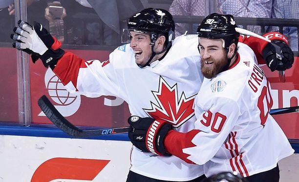 Matt Duchene (vas.) ja Ryan O'Reilly juhlivat Kanadan tasoitusosumaa.