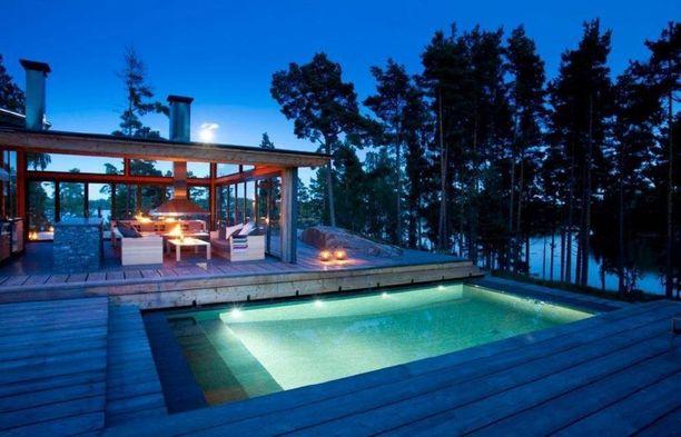 Tällä terassilla voi kuumana kesäpäivänä pulahtaa uimaan.