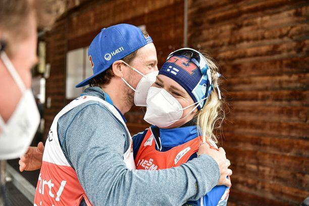 Valmentaja Ville Oksanen halasi Jasmi Joensuuta naisten viestipronssin jälkeen torstaina Alpeilla.