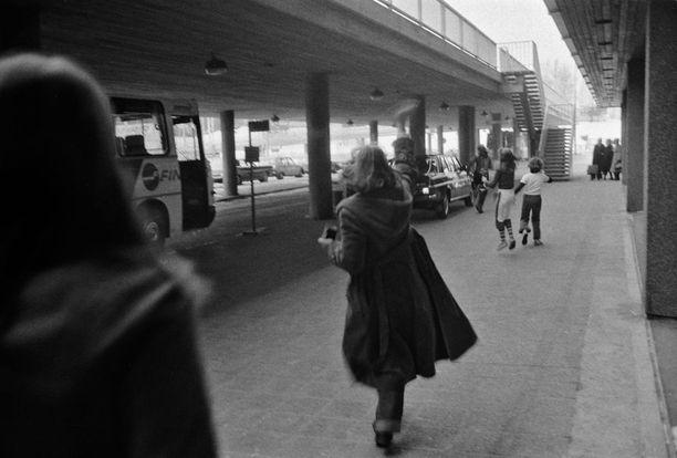 Bay City Rollers -yhtyeen fanit juoksevat yhtyettä kuljettavan auton perässä Helsinki-Vantaan lentoaseman edustalla helmikuussa 1978.