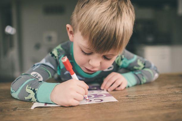 9-vuotiaan Onnin kirjoittama lastenkasvatusopas osuu naulan kantaan. Kuvituskuva.
