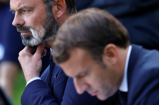 Ranskan pääministerin Édouard Philippen (vas.) hallitus eroaa. Etualalla presidentti Emmanuel Macron.