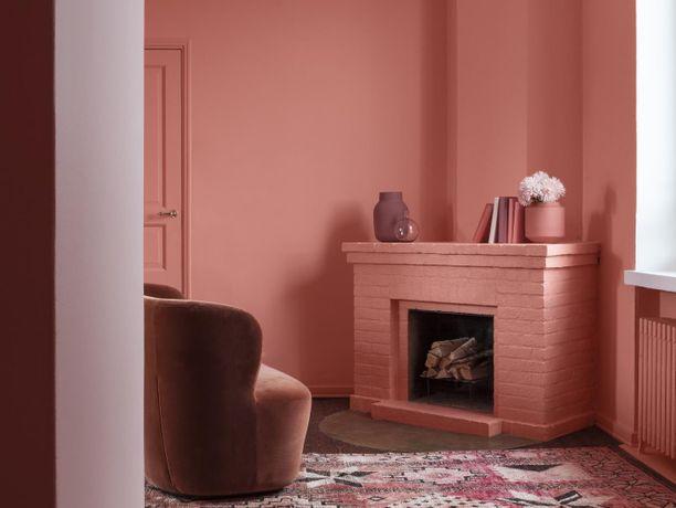 Rohkea kokeilee vuoden väriä seinään ja isompiin huonekaluihin.
