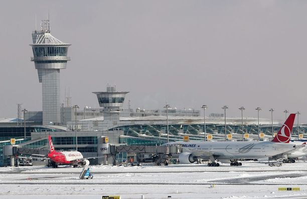 Ataturkin kansainvälisellä lentokentällä Istanbulissa ei ole totuttu lumisateeseen, mikä aiheuttaa satojen lentojen perumisia ja myöhästymisiä.