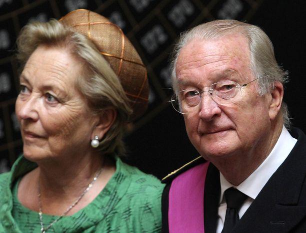 KUNINGAS VAIKEUKSISSA Albert II:n rahat ovat vähissä ja vanhan heilan tytär väittää häntä isäkseen. Vierellä ex-kuningatar Paola.