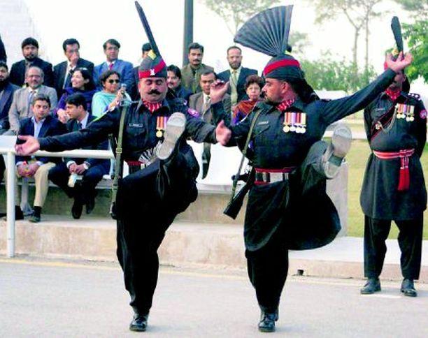 HELLUREI! Pakistanin rajavartiostossa ei näköjään eletä suru puserossa vaan elämä on yhtä tanssia.