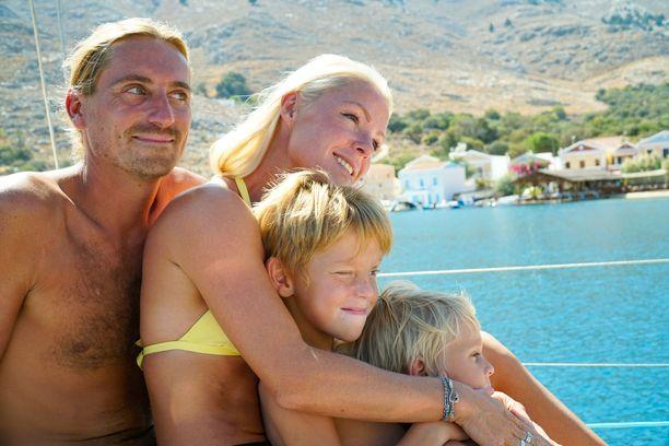 Jatkuva yhdessäolo laivan pienissä tiloissa saa perheen välit kiristymään.