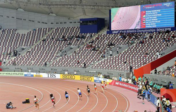 Tällaista kuvaa on Doha on lähettänyt maailman yleisurheilufaneille. Maailman parhaat urheilevat tyhjien katsomoiden edessä.