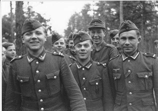 Inkeriläisiä nuoria palveli ensin Saksan armeijassa, sitten heidät siirrettiin Suomen armeijaan.