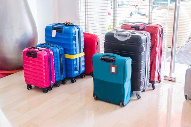 Matkalaukkuihin ei asiantuntijan mielestä kannattaisi kiinnittää mitään ylimääräistä, joka voi tarttua laitteistoon ja jumittaa laukun etenemisen.