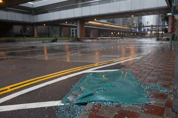 Rakennuksesta pudonnut ikkunapaneeli Hongkongissa.