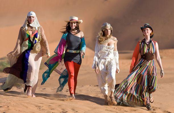 Samantha (Kim Cattrall), Charlotte (Kristin Davis), Carrie (Sarah Jessica Parker) ja Miranda (Cynthia Nixon) seikkailevat hulmuavine helmoineen Abu Dhabin aavikolla.