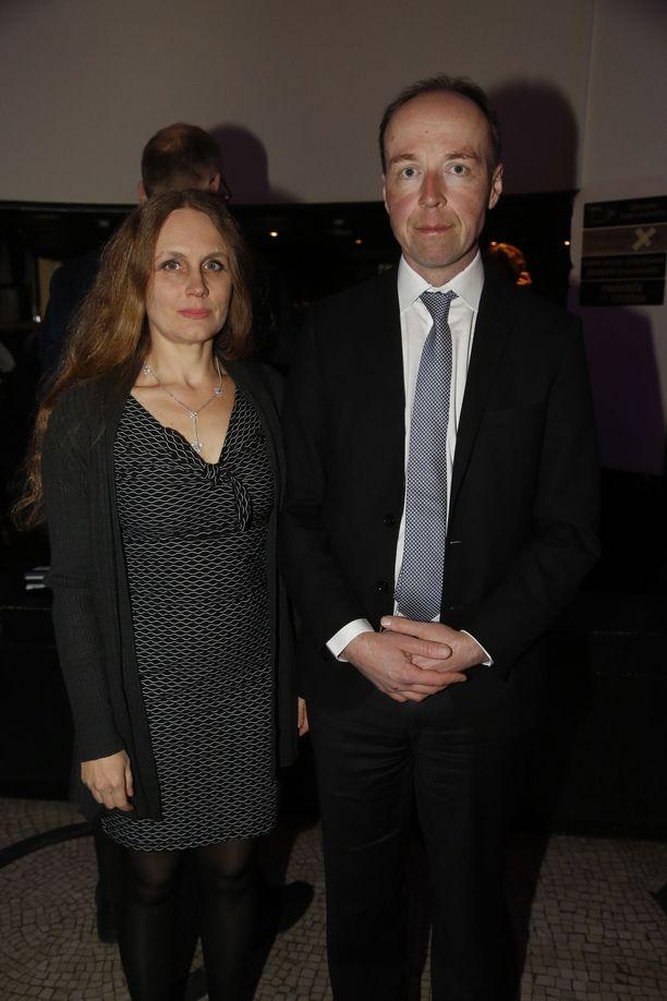 Jussi Halla-aho on vaalivalvojaisissa vaimonsa Hillan kanssa.