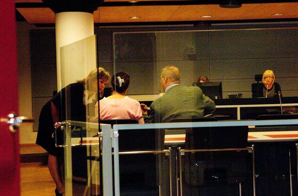 Taas oikeudessa. Anneli Auer (kesk.) ja Juha Manner (oik.) istuivat Varsinais-Suomen käräjäoikeuden salissa. Auer vangittiin todennäköisin syin epäiltynä lapsiin kohdistuneista seksuaalirikoksista.