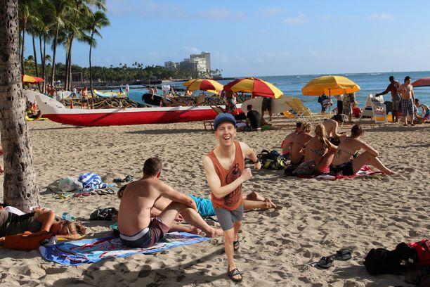 Tässä aivan kasuaalisti juoksentelen Wakiki Beachilla kuin valelomailija konsanaan.