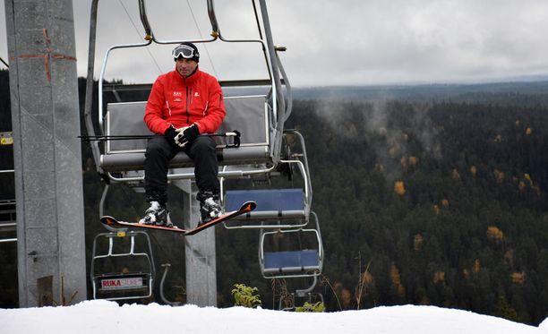 Matti Parviainen pitää hissien tiukkaa viranomaisvalvontaa hyvänä asiana Suomessa. Kuva syksyltä Rukan rinteiden avauksesta.