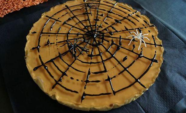 Hämähäkkien valloittama mango-juustokakku.
