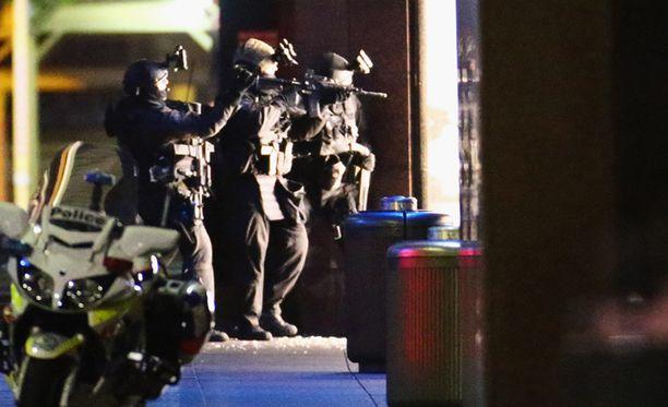 Aseistautunut mies otti Sydneyssä sijaitsevan Lindtin kahvilan asiakkaita ja työntekijöitä panttivangeikseen joulukuussa. Kolme ihmistä sai surmansa.