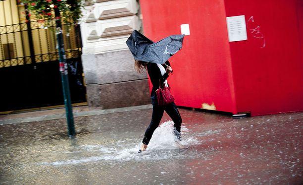 Toimiva sateenvarjo pitää kuivana marraskuun loskaryöpyissä. Arkistokuva.