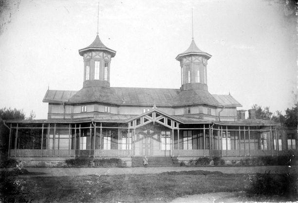 Hangon Seurahuone kuvattuna joskus vuosien 1890-1905 välillä. Rakannuksen nykyinen jugendtyylinen ulkoasu on perua vuonna 1910 tehdystä peruskorjauksesta.