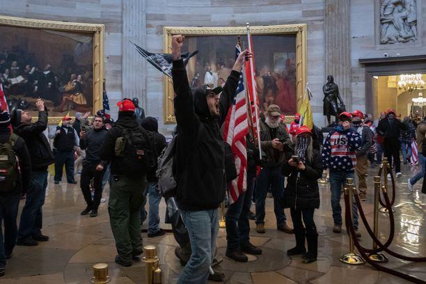 Neljä ihmistä kuoli, kun Donald Trumpin kannattajat valtasivat parlamenttitalon. Washingtonin tapahtumat muistuttavat luonteeltaan ja syntymekanismiltaan 1900-luvun talonpoikaismarsseja Euroopassa.