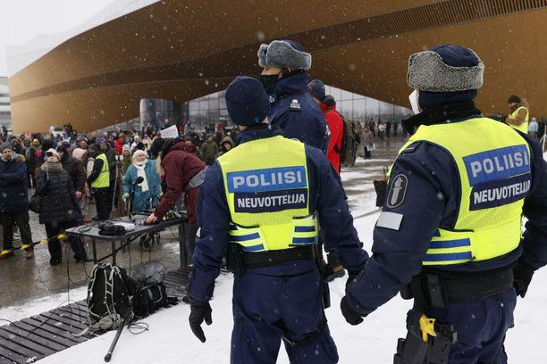 Poliisin neuvottelijat yrittivät saada protestijoukkoa toimimaan ohjeiden mukaisesti maaliskuun 20. päivän koronamielenosoituksessa.