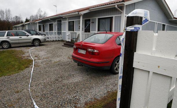 Poliisi sai ilmoituksen paritaloasunnosta löytyneestä ruumiista lauantai-iltapäivänä. Paikalle päästyään poliisi löysi asunnosta myös toisen henkilön kuolleena.