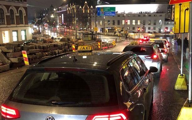 Pääkaupunkiseudulla hintaero samasta taksimatkasta voi olla useita kymmeniä prosentteja. Asiakkaiden matkoista kilpailee lukuisia eri toimijoita, joiden hinnoittelu on kirjavaa.