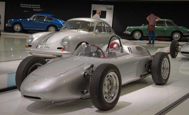 Porsche 718 oli kehitysversio 550:sestä ja F2 oli siitä muokattu F2-sarjan kilpa-auto.