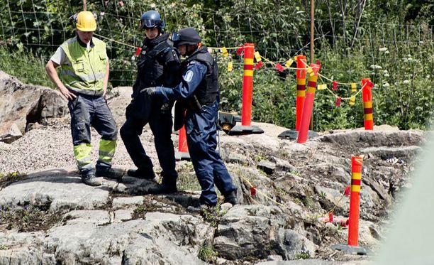 Poliisi tutki räjäytystyömaata onnettomuuden jälkeen tiistaina.