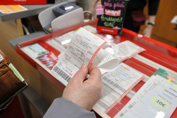 Veikkauksen ohjeiden mukaan myös voittoa sisältämättömät lottokupongit on palautettava asiakkaalle takaisin tarkistuksen jälkeen. Kuvituskuva.