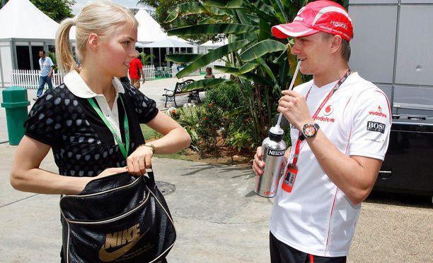 Heikki Kovalainen ajoi McLarenilla kaudet 2008-2009. Kiira Korpi oli kannustamassa Kovalaista Malesiassa kaudella 2008.