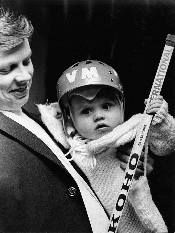 Göran Stubb ja hänen 7 kuukautta vanha poikansa Alexander jääkiekkojoukkue HIFK:n harjoituksissa vuonna 1968.