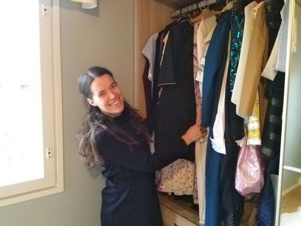 – Yksi syy vaatteidenostolakkoni aloittamiselle oli, että halusin ottaa käyttöön harvemmin yllä olleita vaatteita, kuten mekkoja, sanoo Nora Ojanperä.