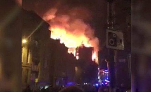 CNN:n videolla näkyy, kuinka Glasgow'n School of Arts palaa ilmiliekeissä.