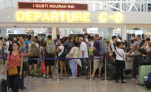Denpasarin lentokentällä oli kaaos, kun kymmeniä lentoja on peruttu.